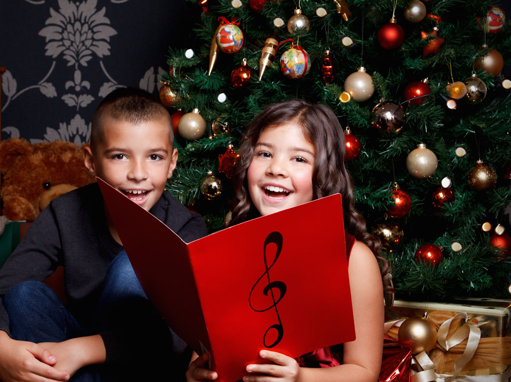 Foto Kinder singen zur Weihnachtszeit