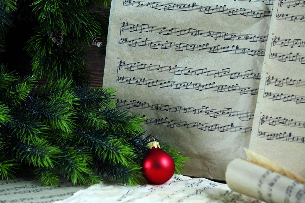 Foto Singen unterm Weihnachtsbaum